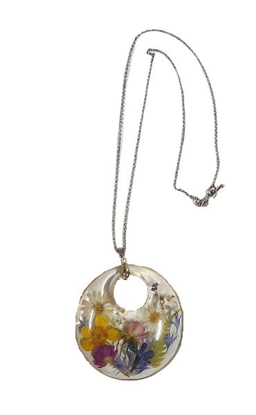 Pendant with natural flowers