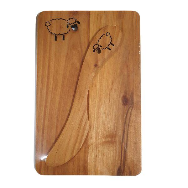Деревянная доска с ножом для масла